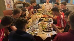 Σε οικογενειακό κλίμα δείπνησαν οι έφηβοι και παίδες χάντμπολ