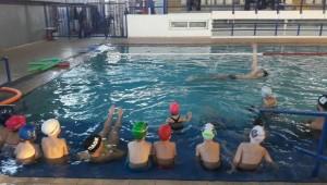 Τους δίδαξε τα μυστικά της κολύμβησης!