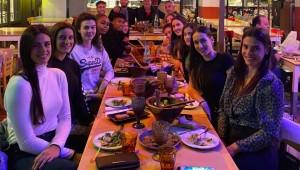 Τραπέζι με ιδιαίτερη... έκπληξη στην Rebecca Akl για τον ΠΑΟΚ ΚΥΑΝΑ